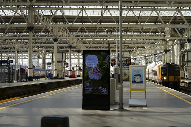 Resenärer i London Bridge Train Station royaltyfri bild