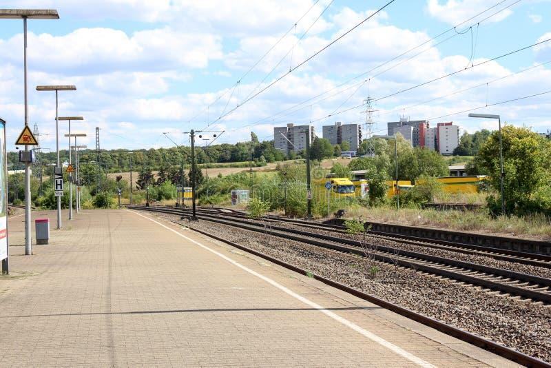 Reser med tåg enkla och åtskilliga spår för järnvägsspår och för station att vänta på drevet arkivbilder
