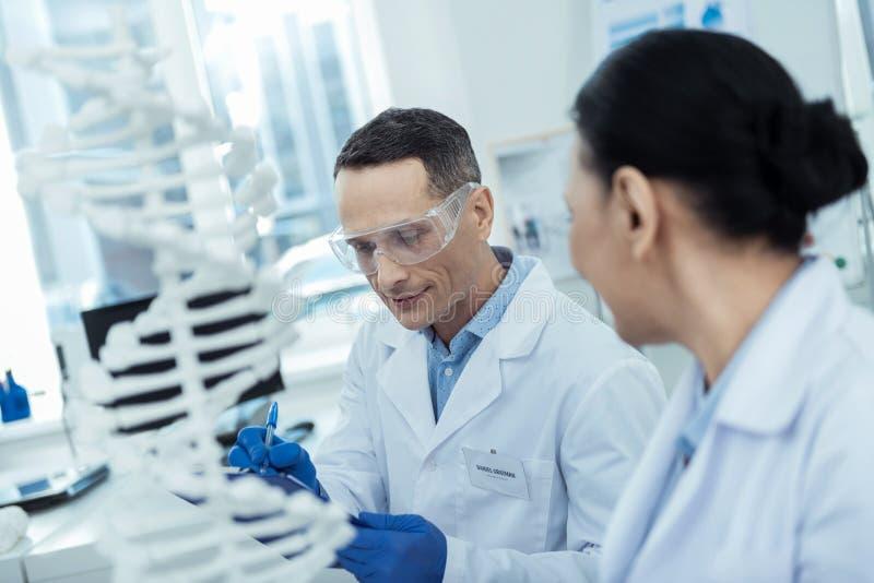 Reserchers professionali che studiano bioingegneria immagine stock