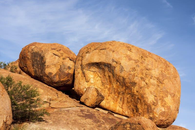 Reserv för jäkelmarmorKarlu Karlu beskydd Ägg av regnbågeormen, nordligt territorium, Australien arkivbilder