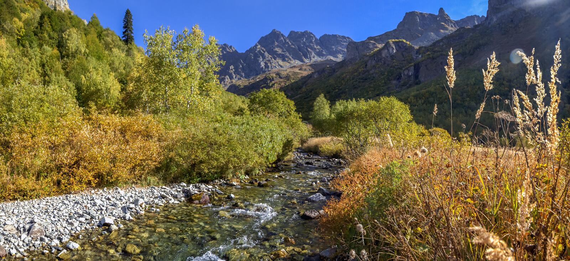Reserva caucasiano da biosfera O rio de Mzymta flui no lago Kardyvach imagens de stock royalty free