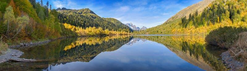Reserva caucasiano da biosfera Reflexão do outono no lago Kardyvach Rússia imagem de stock