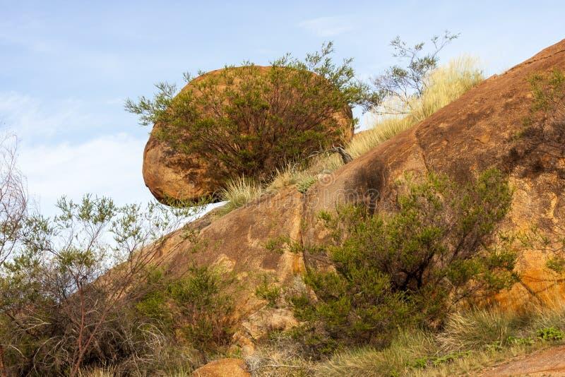 Reserva da conservação de Karlu Karlu dos mármores dos diabos Ovos da serpente do arco-íris, Território do Norte, Austrália foto de stock royalty free