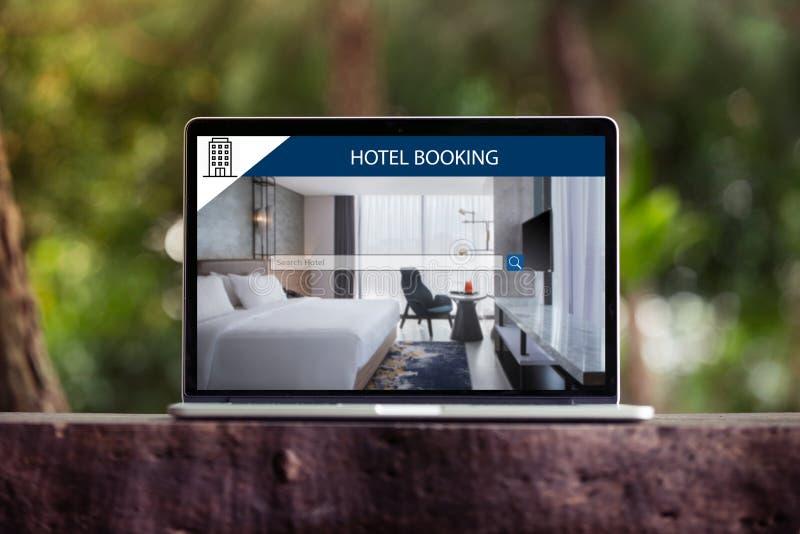 Reserva de hotel no Internet, reserva em linha na tela do portátil/computador fotografia de stock