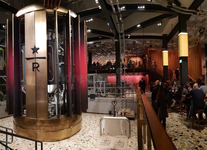 Reserva de Starbucks en los newyears de diciembre de la Navidad del invierno de Milano fotos de archivo libres de regalías