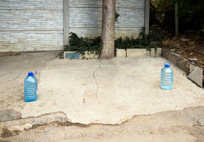 Reserva de un espacio que parquea cerca de la casa usando las botellas plásticas fotografía de archivo libre de regalías