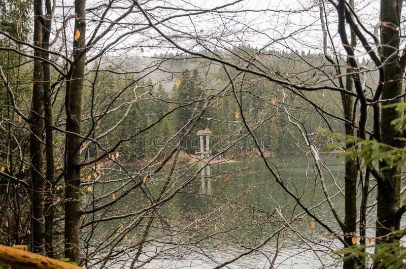 Reserva Synevyr nos Carpathians, um dia chuvoso do lago mountain com as nuvens nas ?rvores foto de stock