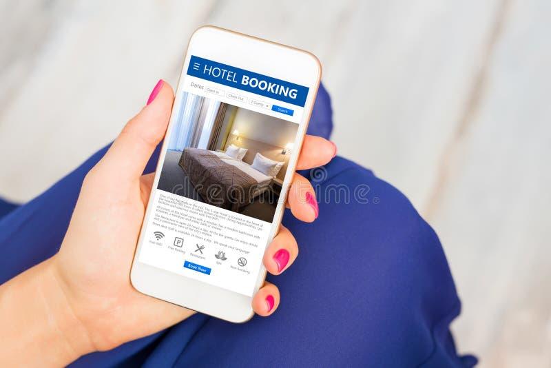 Reservación de hotel app en smartphone imagen de archivo