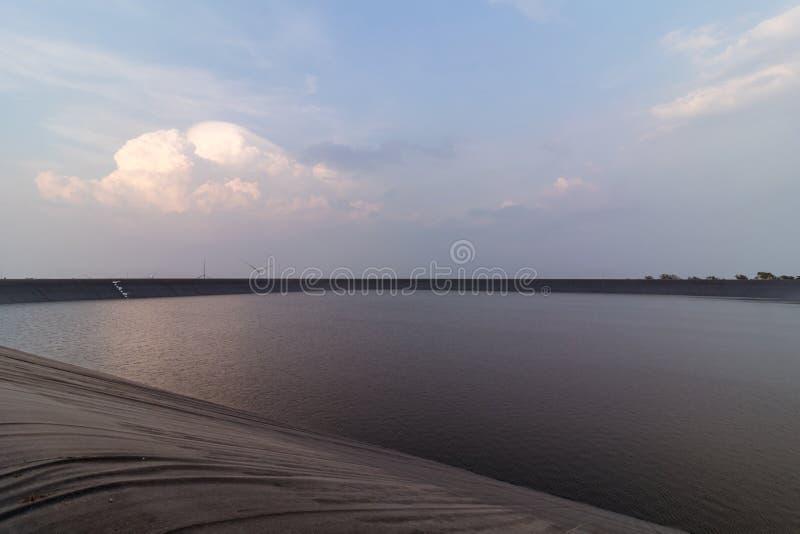Reservas de água e céu azul com Colud imagem de stock royalty free