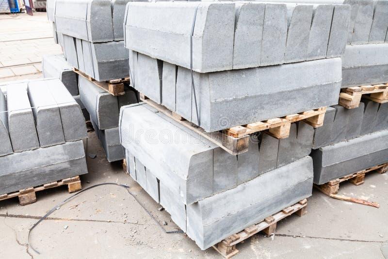 reservas de encintados concretos grises en la calle fotos de archivo libres de regalías