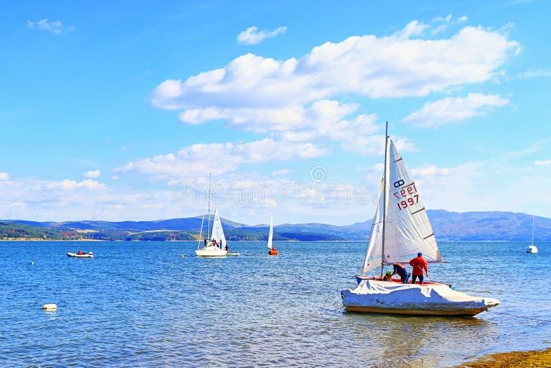 Reservatório Bulgária de Iskar da regata dos barcos de navigação foto de stock royalty free