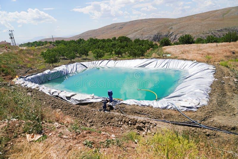 Reservatório da irrigação com tubulações e bomba fotos de stock royalty free