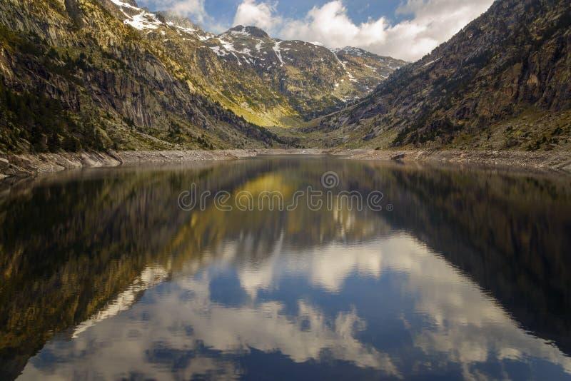 Reservatório de Cavallers nas montanhas de Pyrenees de Alta Ribagorza superiores o vale de Bohi, Espanha fotos de stock royalty free