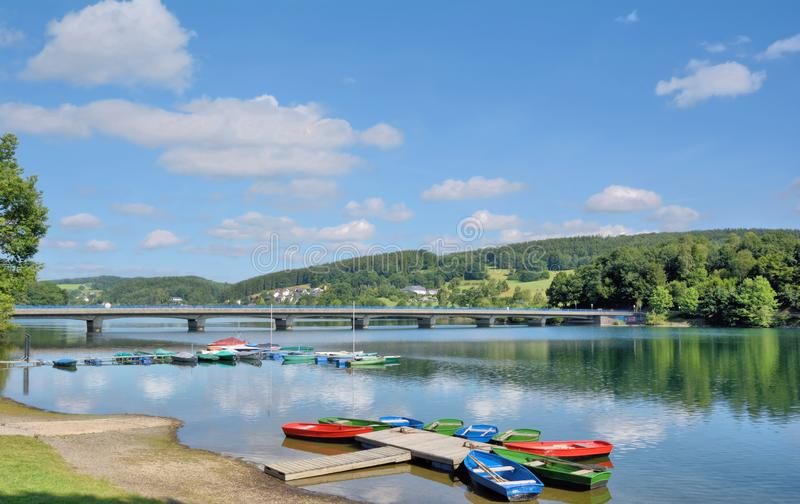 Reservat?rio de Listertalsperre, Sauerland, Reno norte westphalia, Alemanha imagens de stock