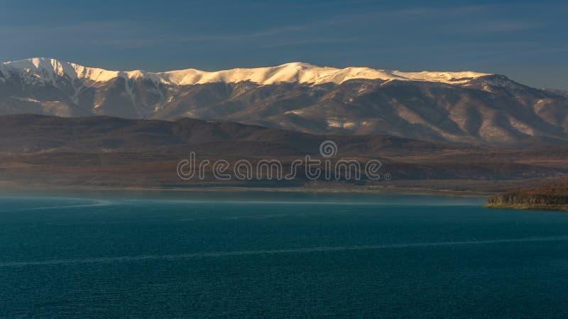 Reservatório de Ogosta e cume distante da montanha fotografia de stock
