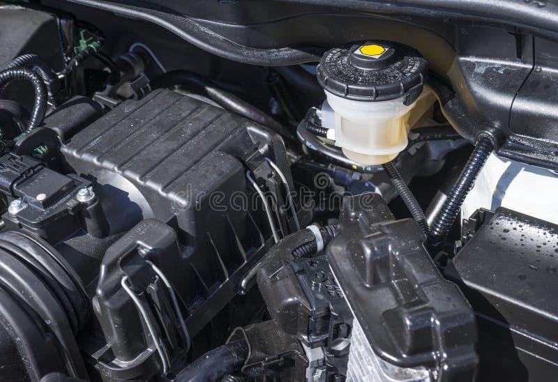 Reservatório do líquido de freio sob a capa de um carro foto de stock