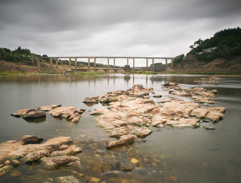 Reservatório do vácuo de Portomarin, Lugo, Espanha. foto de stock