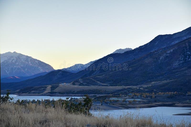 Reservatório panorâmico de Jordanelle da opinião da paisagem fora da estrada 248 de Utá, na parte traseira Rocky Mountains de Was imagens de stock
