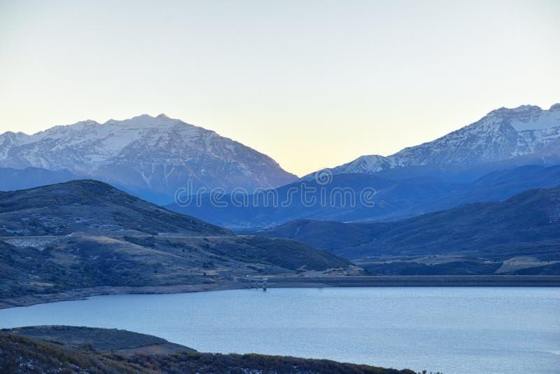 Reservatório panorâmico de Jordanelle da opinião da paisagem fora da estrada 248 de Utá, na parte traseira Rocky Mountains de Was fotografia de stock