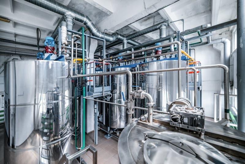 Reservatórios de aço do cromo Sistema da preparação da mistura do fermento fotos de stock royalty free