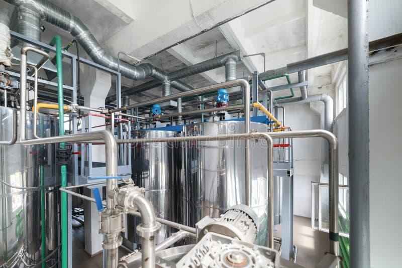 Reservatórios de aço do cromo Sistema da preparação da mistura do fermento fotos de stock