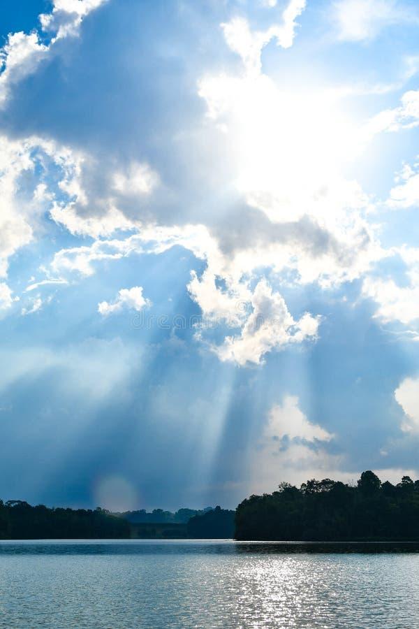 Reservatórios do feixe do sol do céu da nuvem foto de stock