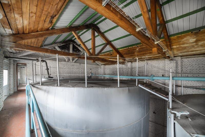 Reservatórios do metal instalados dentro da construção fotografia de stock