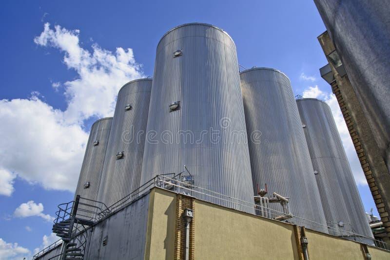 Reservatórios do metal na fábrica foto de stock royalty free