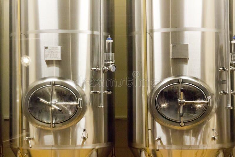 Reservatórios grandes do metal para a cerveja na fábrica da cerveja foto de stock royalty free