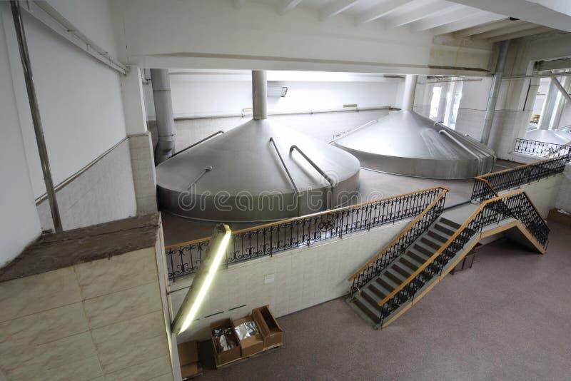 Reservatórios grandes na fábrica de Ochakovo imagens de stock