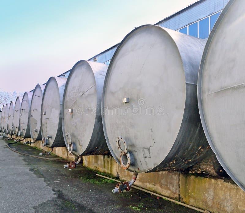 Reservatórios para o armazenamento e o transporte do vinho na adega fotografia de stock