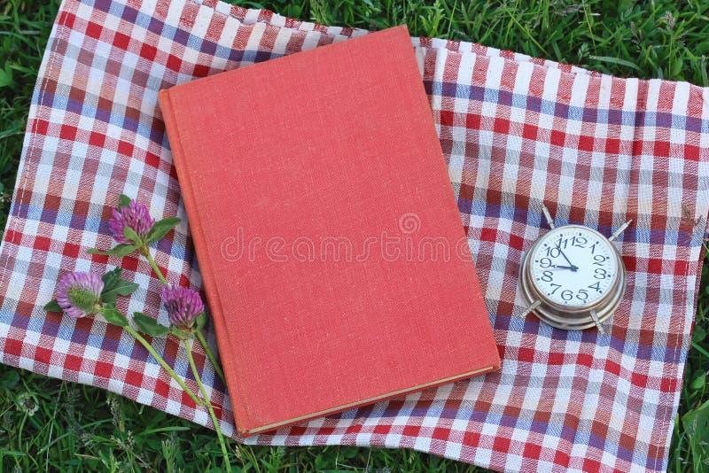 Reserve con una cubierta en blanco en la hierba, visión superior imagenes de archivo