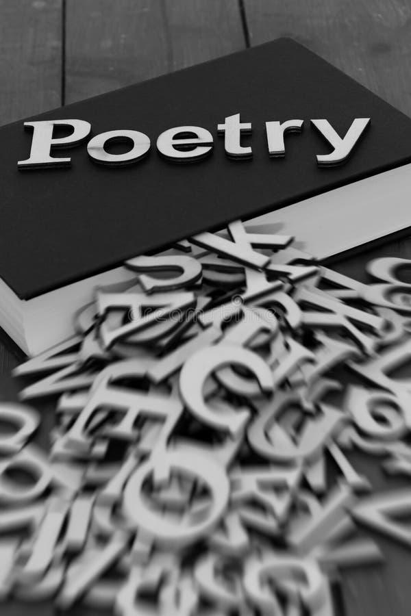 Reserve la novela con la poesía de la palabra y las letras borrosas que salen de las páginas fotos de archivo