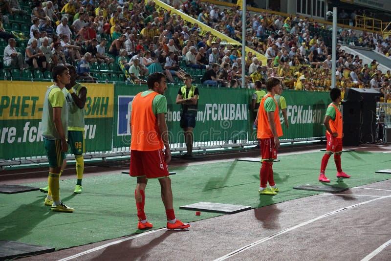 Reserve a los jugadores, FC Kuban - calentamiento de FC Ufa antes de incorporar el campo imágenes de archivo libres de regalías