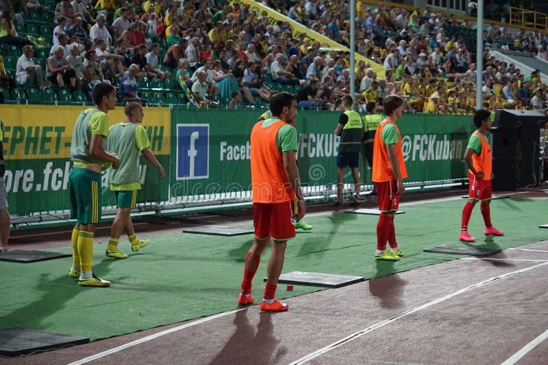 Reserve a los jugadores, FC Kuban - calentamiento de FC Ufa antes de incorporar el campo fotografía de archivo libre de regalías