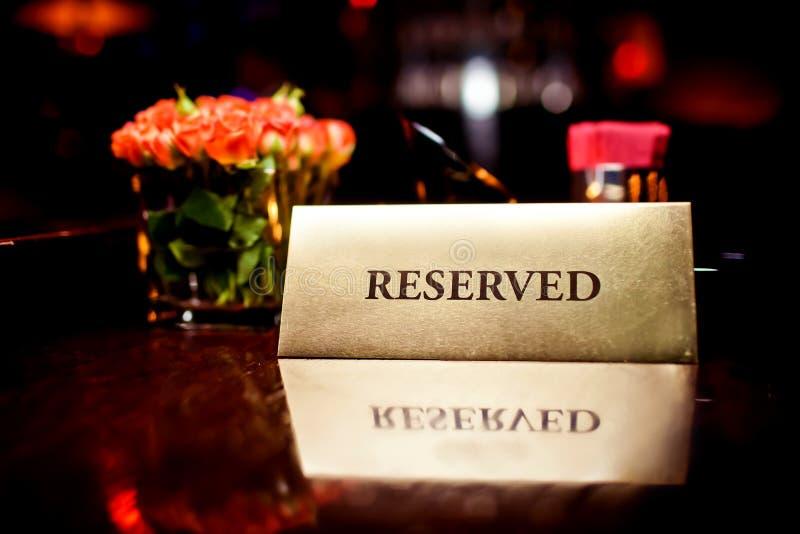 Reserved assine dentro o restaurante foto de stock royalty free