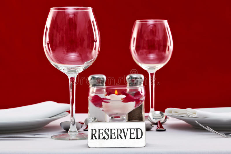 reserved restaurangteckentabell royaltyfria bilder