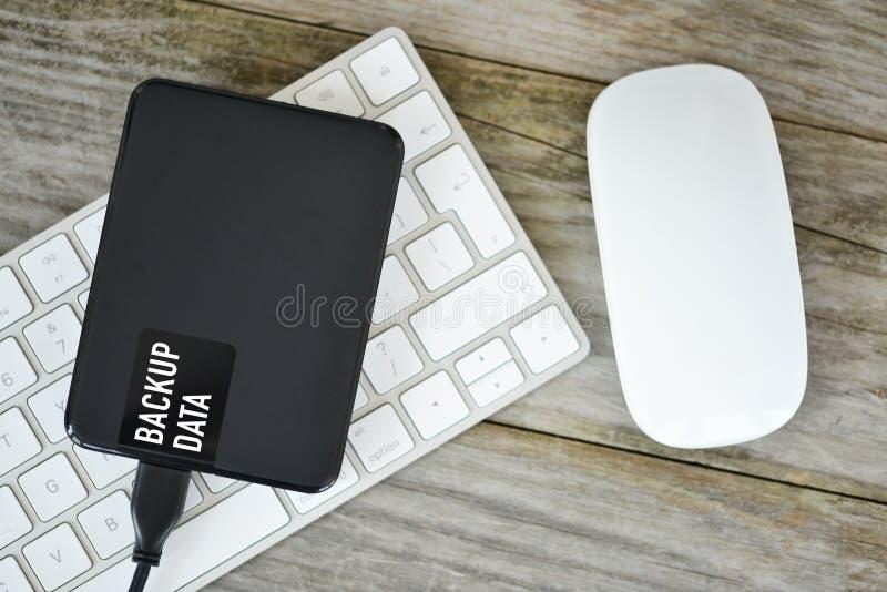 Reservegegevens met extern hardeschijfstation over wit computertoetsenbord royalty-vrije stock afbeelding