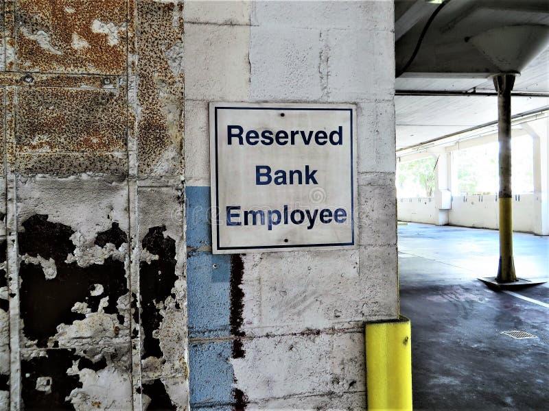 RESERVERAT BANKANSTÄLLDtecken inom garage arkivbild