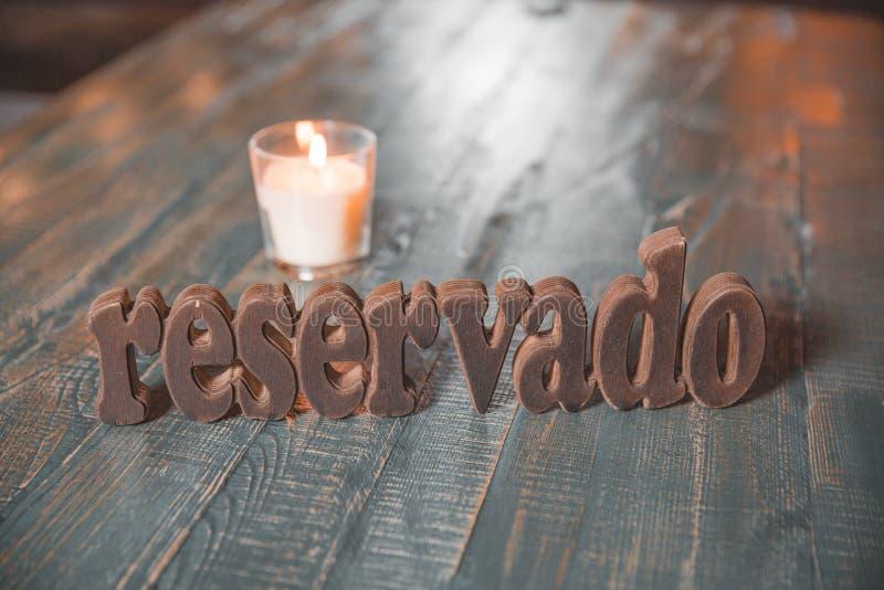 Reserverat tabelltecken för restaurang med den ställeinställningen och stearinljuset royaltyfria foton