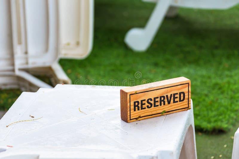 Reserverat tecken som g?ras fr?n tr?plattan i restaurang thailand royaltyfri bild