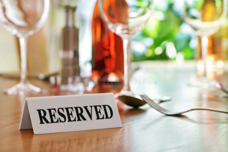 Reserviertes Tabellenzeichen des Restaurants stockfoto
