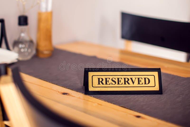 Reserviertes Zeichen mit Großbuchstaben auf Speisetische im Restaurant lizenzfreies stockbild