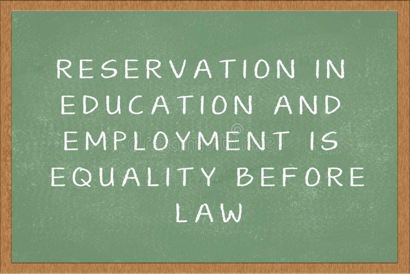 Reservierung in der Ausbildung und in der Beschäftigung ist Gleichheit vor dem Gesetz, das in grüne Tafel geschrieben wird lizenzfreie stockfotografie