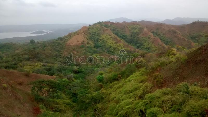 Reservoir und Berglandschaft lizenzfreies stockfoto