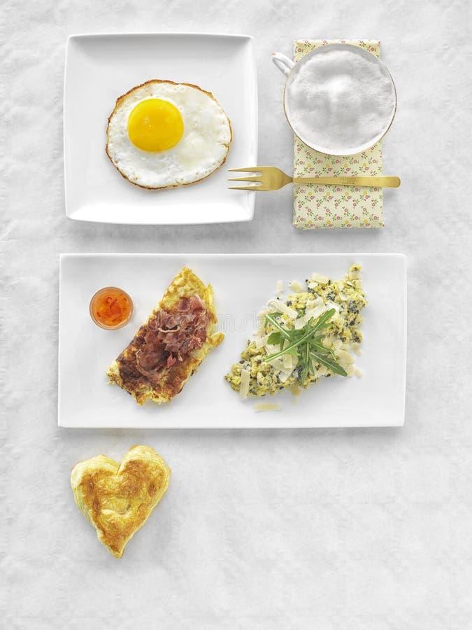 Resh轻快早餐健康另外食物 炒蛋、沙拉、乳酪、熏火腿、咖啡和汁液 免版税库存图片