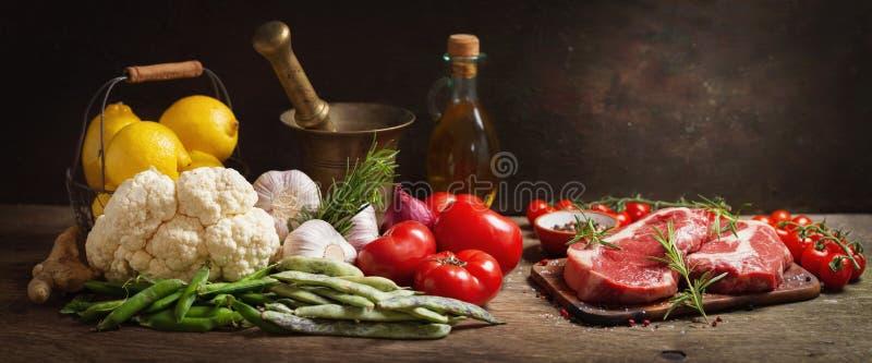 Resh-Fleisch mit Rosmarin und Bestandteilen für das Kochen stockbild