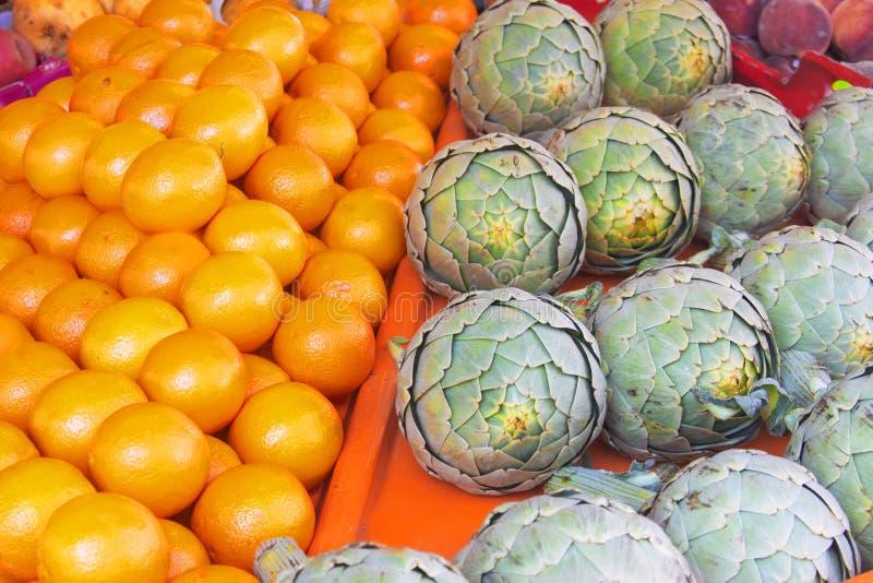 Resh organische groenten en vruchten op landbouwersmarkt stock afbeeldingen