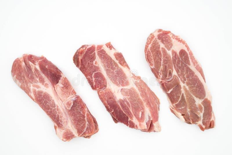 resh roher Schweinefleischhalsfleischknoblauchpfeffer und -rosmarin lokalisiert auf Weiß stockbild