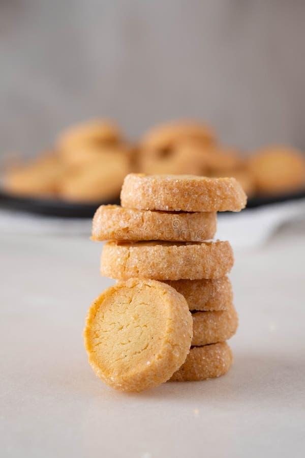 Reshly испекло печенья сахара на белой предпосылке стоковые фотографии rf